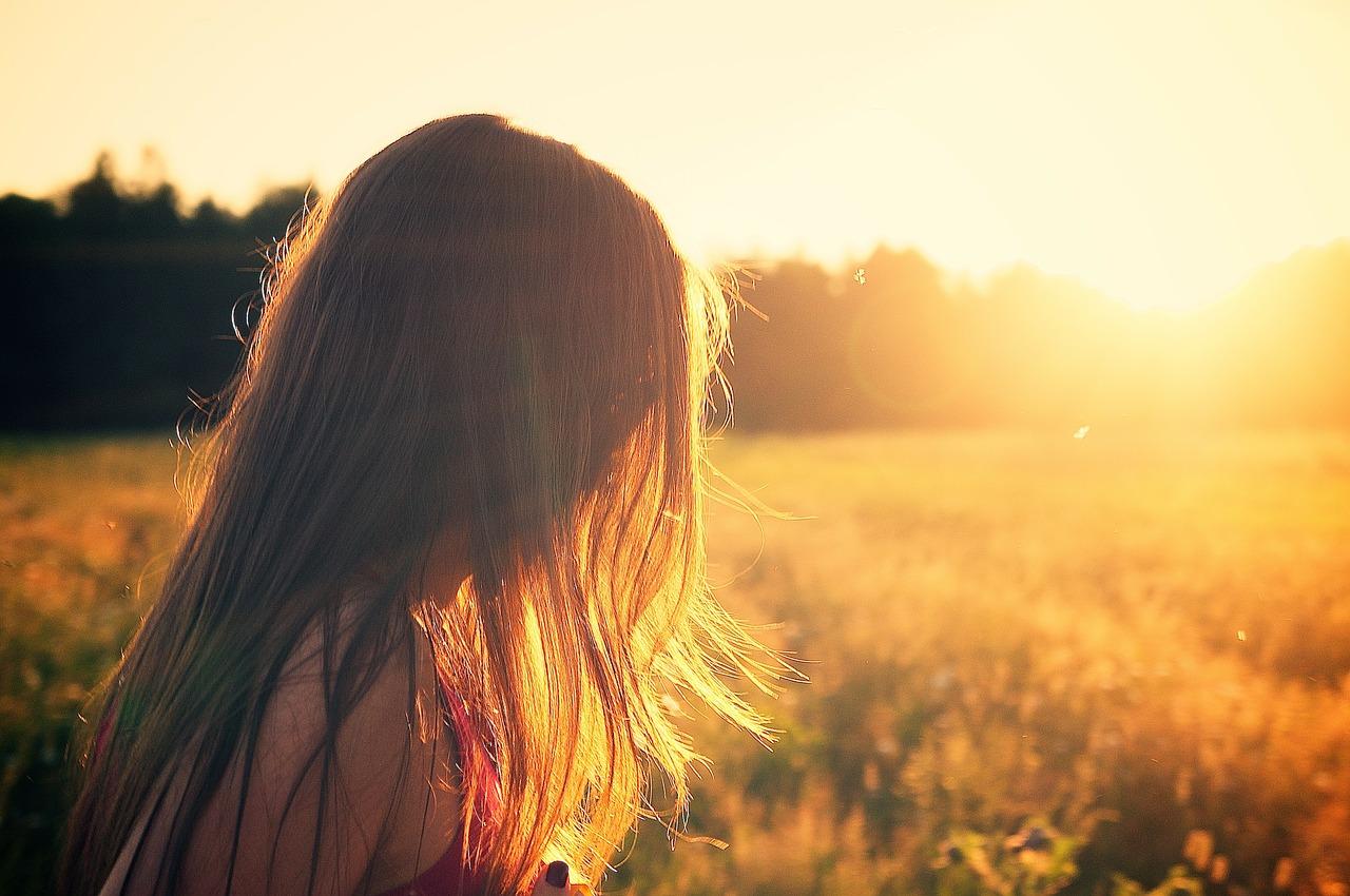 ragazza con capelli lunghi alla ricerca della bellezza
