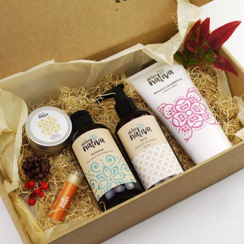 confezione regalo con crema corpo, shampoo, balsamo, crema mani e burrocacao