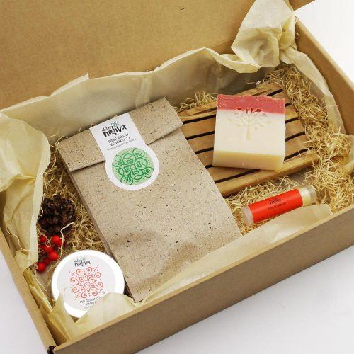 idea regalo con crema mani, burrocacao, shampoo solido, sapone e portasapone in legno di ulivo